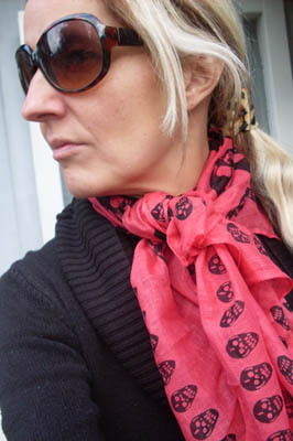 Scarfs med dskallar Rd.