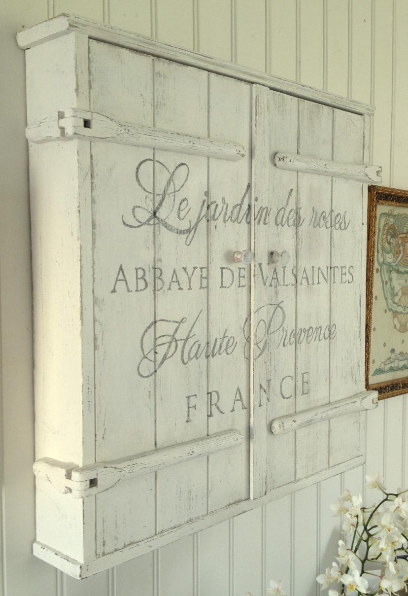 Himlarum Nätt lantligt väggskåp med fransk