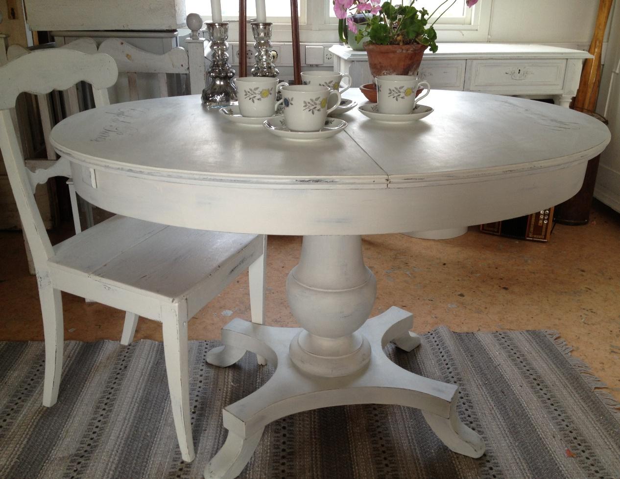 ovalt bord med iläggsskiva