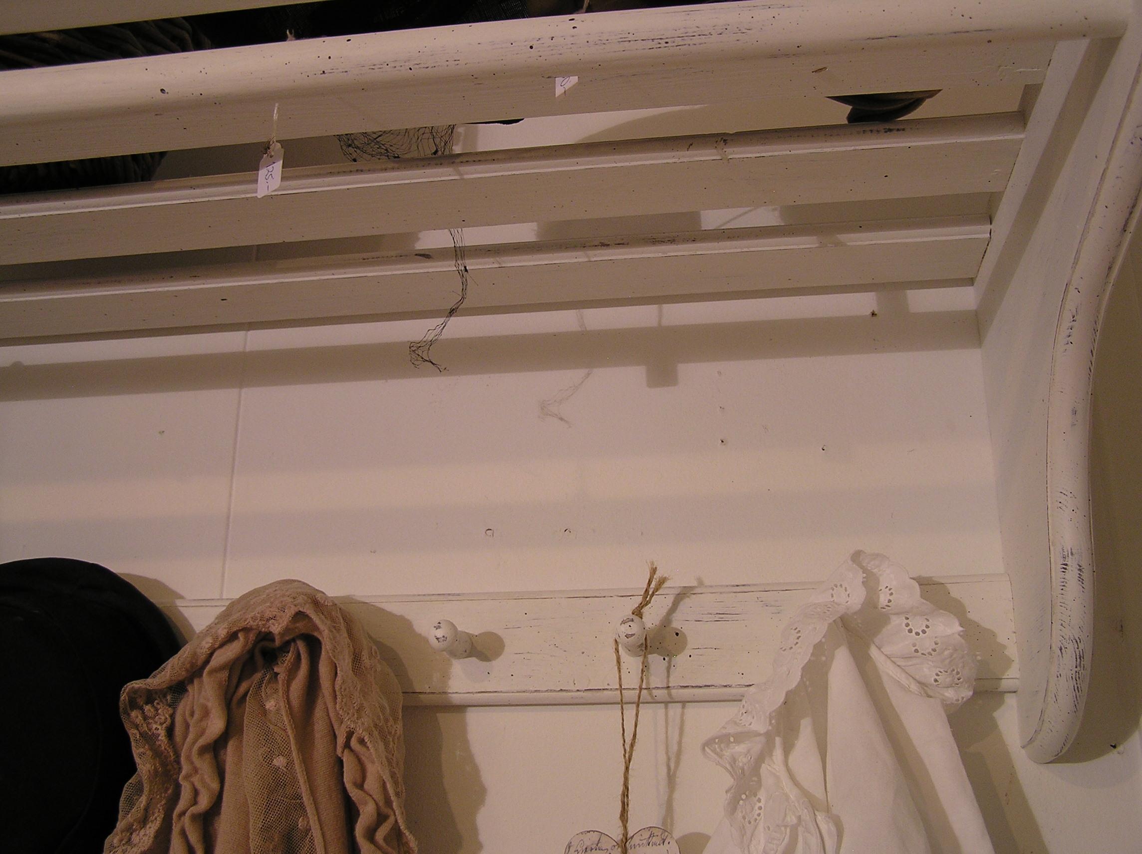 Himlarum Hatthylla shabby chic med stång och knoppar