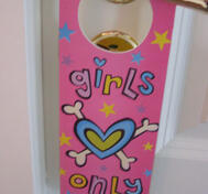 Dorrsign to girlroom.