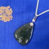 Hängsmycke i silver med stor mossagat.