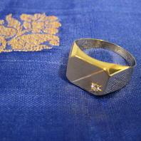 Klackring i 18 K guld.Slät , matt yta samt vit safir.