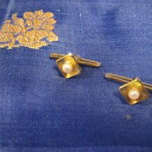 Bröstknappar till frack i 18 karat guld med odlade pärlor, ett par.