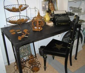 Läckert metallskrivbord med nitar