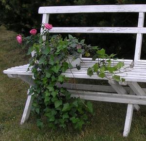 Gammal vit trädgårdssoffa shabby chic