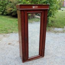 Gammalt spegelskåp
