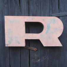 Stor gammal rosa plåtbokstav R