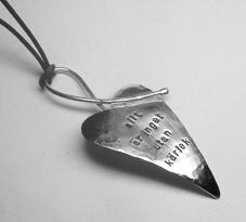 vackert silverblad halsband