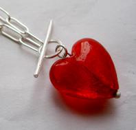 Halsband med stort glashjärta