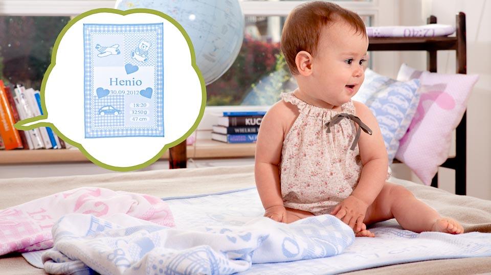 Babyfilt stickad med barnets namn, födelsedatum, vikt och längd.  En perfekt doppresent och en minnessak.