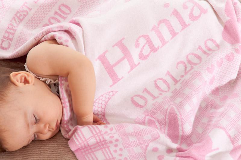 Barnets namn, födelsedag, vikt och längd stickas in i denna söta babyfilt. Babyfilten är stickad i finaste, mjuka 100 % ekologiska bomull.