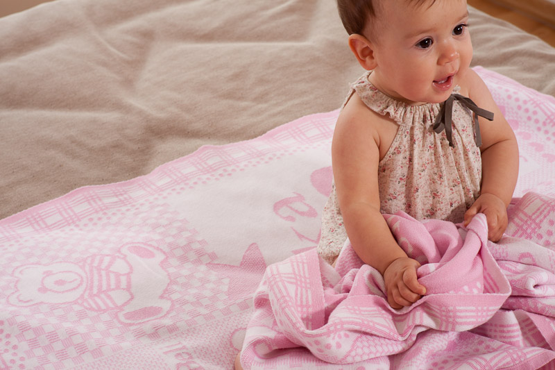 En vacker filt med barnets namn är alltid uppskattat och personligt present