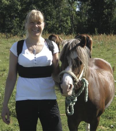 Undersköterskan Anna använder sin Hälsoväst då hon har för korta bröstmuslker