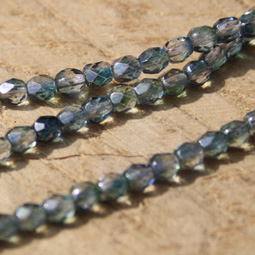 Fasetterade crystal glaspärlor i en lätt blågrön färg, 4 mm.
