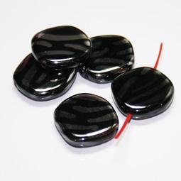 Ojämnt fyrkantig svart pärla med silverränder, 20 mm. 5-pack.