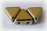 Khéops® par Puca® i guld, triangelformad två-hålig pärla, 6 mm. 10 gram