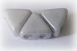 Khéops® par Puca®, ljusgrå triangelformad två-hålig pärla med lyster, 6 mm. 10 gram