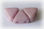 Khéops® par Puca®, ljusrosa triangelformad två-hålig pärla med lyster, 6 mm. 10 gram