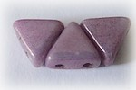 Khéops® par Puca®, ametist/guldfärgad triangelformad två-hålig pärla med lyster, 6 mm. 10 gram