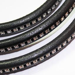 Svart Regaliz läder med strass, 10*6 mm. Priset är per 5 cm.