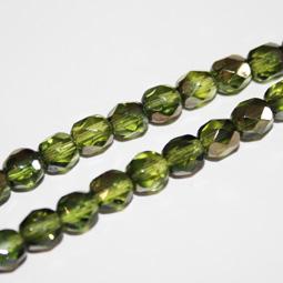 Fasetterade olivgröna glaspärlor med guldfinish, 5 mm.