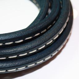 Mörkblått Regaliz läder med söm, 10*6 mm. Priset är per 5 cm.