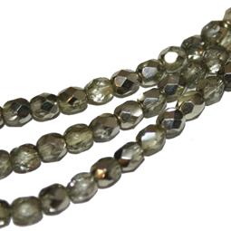 Fasetterad glaspärla i ljus olivgrön med delvis silvercoating, 4 mm.