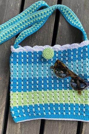 Virka väskan Sommar i Soft Cotton Du behöver 5 nystan Soft Cotton 2 av en nyans samt 1 var av de andra tre nyanserna. Du behöver även virknål nr 4 Vi köp av garn bifogar vi mönster.