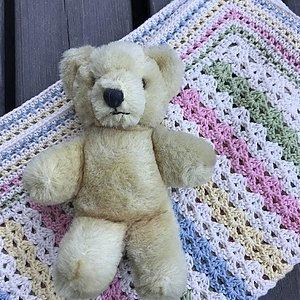 Filt till en nyfödd  Komplett virk-kit med garn, mönster och virknål! Finns i två olika färkombinationer.