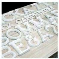 Bokstäver i vitt matt trä A-Ö