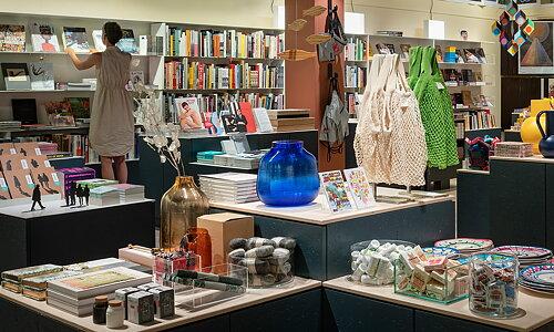 Välkommen till Moderna Museets butik i Stockholm! Här hittar du konst-, foto- och designrelaterade presenter samt vykort, affischer, kataloger och över 3000 boktitlar. Vi säljer Moderna Museets publikationer och utställningskataloger samt litteratur och produkter som anknyter till de aktuella utställningarna. När du handlar i våra butiker stödjer du Moderna Museets verksamhet.