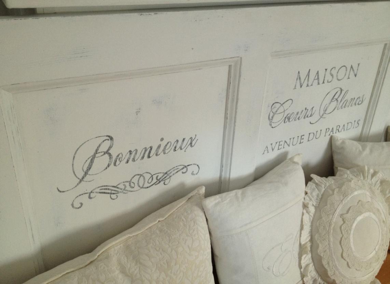 Himlarum Sänggavel av gammal dörr med fransk text