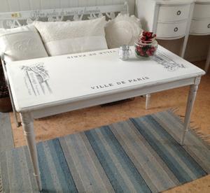 Soffbord i gustaviansk stil med text City Hotel Paris