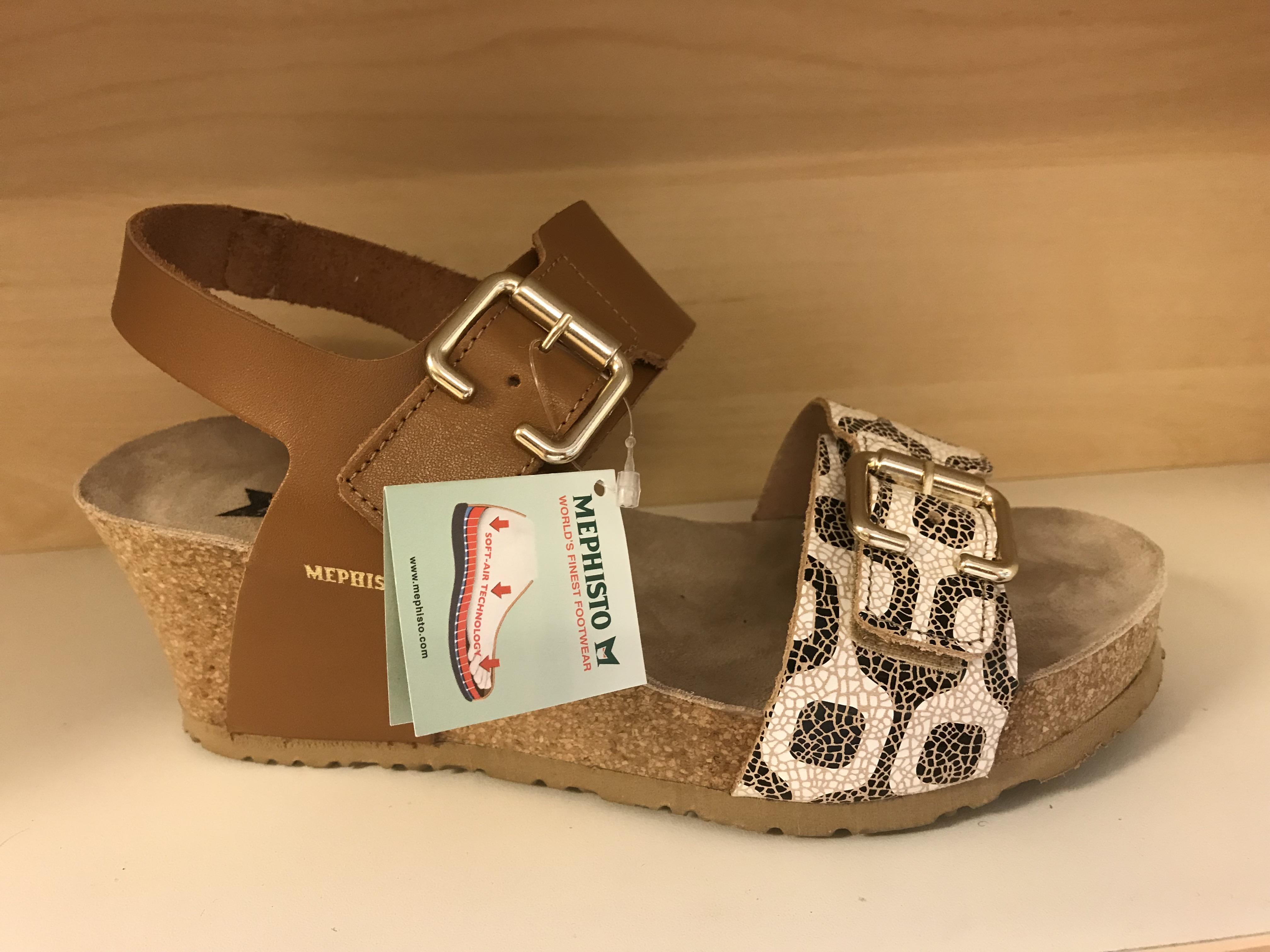 MEPHISTO dam sandalett med soft air teknologi i sulan. Kilklack, 6 cm hög längst bak. Karborband på två ställen (där spännena sitter) Väldigt sköna