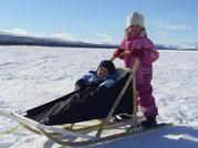 Sara och Viktor i Björkis barnsläde
