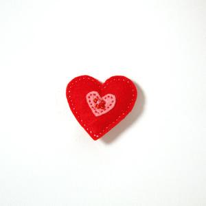 Filtbrosch, stort rött hjärta med ett litet rosa inuti