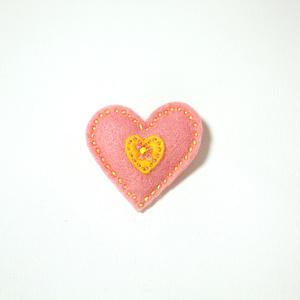 Filtbrosch, stort rosa hjärta med ett litet gult inuti