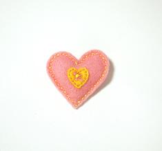 Vilttirintaneula, suuri vaaleanpunainen sydän keltaisella keskiosalla