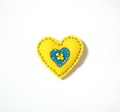 Filtbrosch, stort gult hjärta med ett litet blått inuti