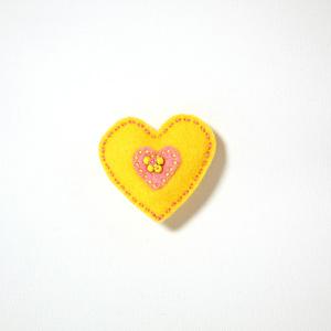 Filtbrosch, stort gult hjärta med ett litet rosa inuti