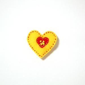 Vilttirintaneula, suuri keltainen sydän puinasella keskio