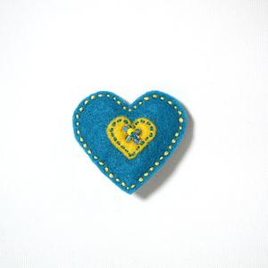 Filtbrosch, stort blått hjärta med ett litet gult inuti