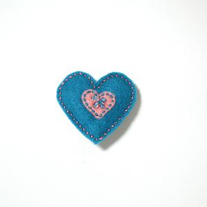 Filtbrosch, stort blått hjärta med ett litet rosa inuti
