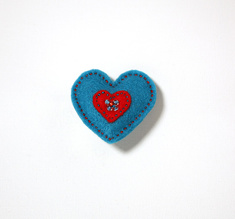 Filtbrosch, stort blått hjärta med ett litet rött inuti