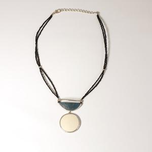 Halsband strutsägg, Half Moon Blonde