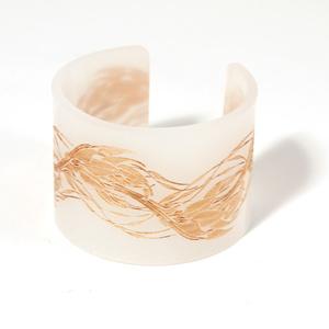 Armband Flame, matt vit med guld flammor 50 mm