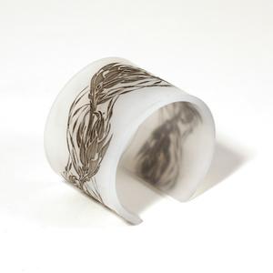 Armband Flame, matt vit med svarta flammor 50 mm