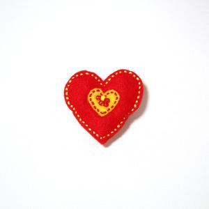 Vilttirintaneula, suuri punainen sydän keltaisella keskiosalla