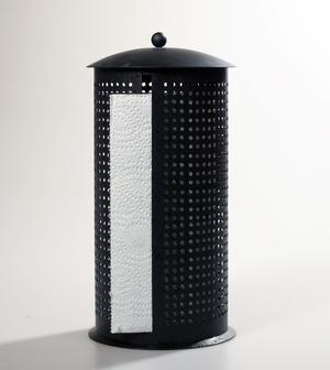 Hållare för hushållspapper i svart smide.